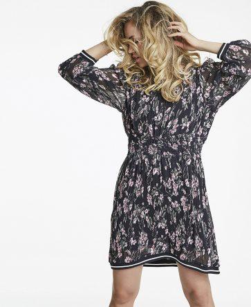 f990fb00 Sort kort kjole fra Line of Oslo – Line of Oslo Florette sort kjole med  møster