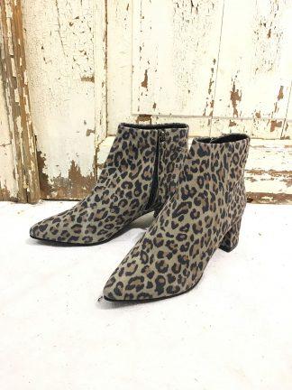 Leopard ankelstøvletter i semsket skinn