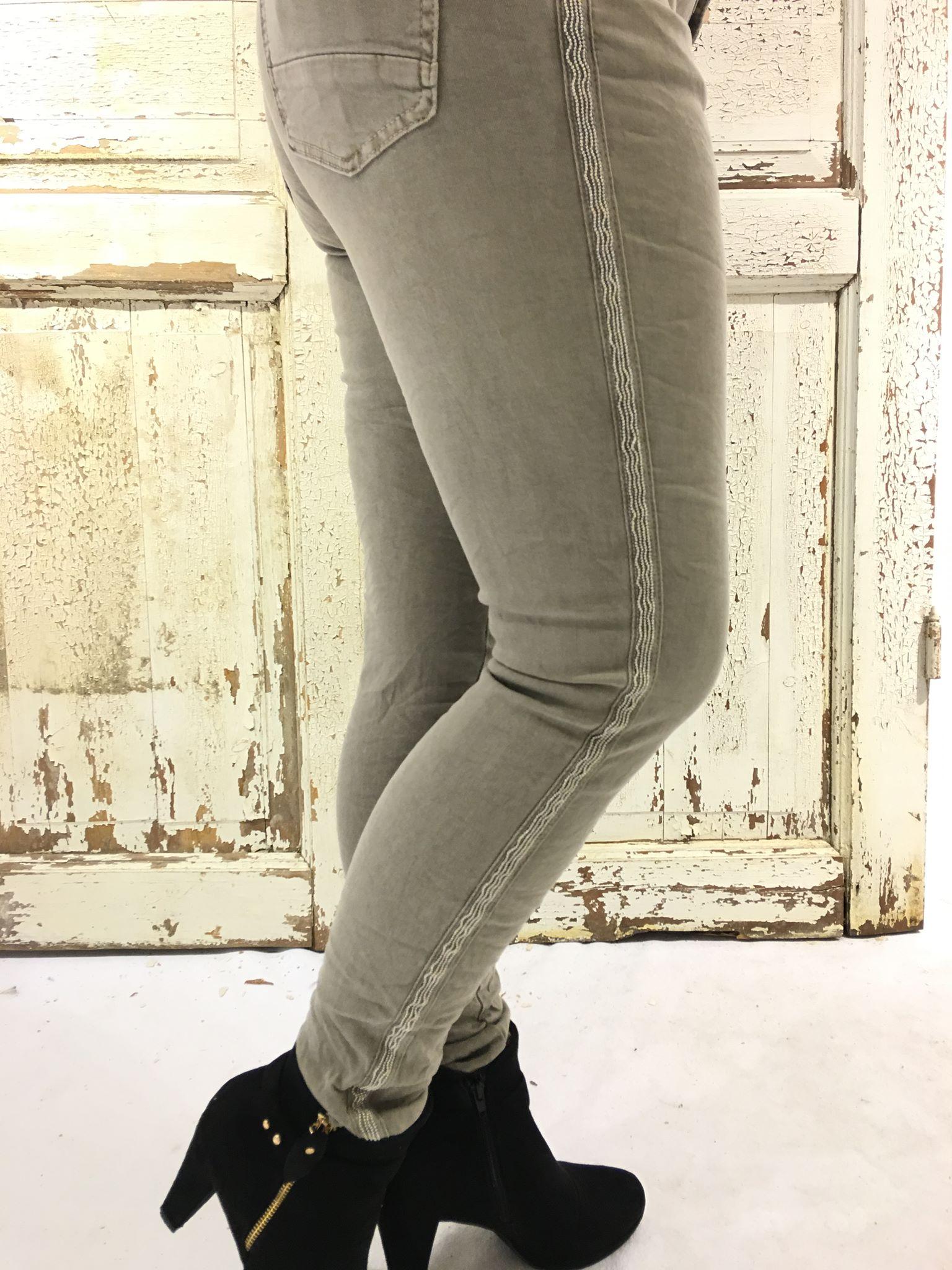 26780568 Piro beige bukse med stripe – Piro beige bukse med stripe i siden – Mio  Trend