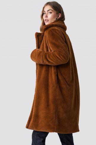 brun jakke i fuskepels