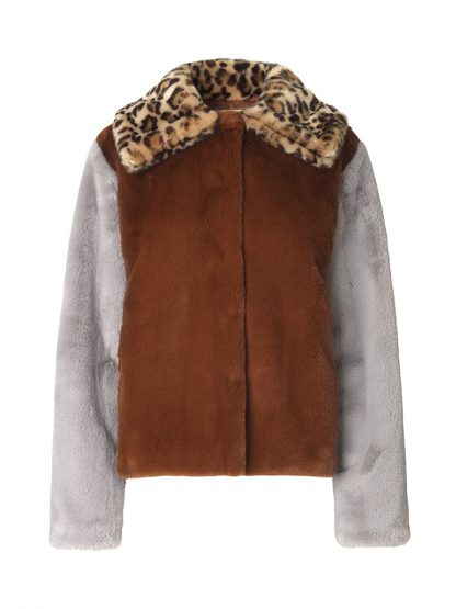 Kort brun jakke i fuskepels – Levete Room brun fuskepels jakke med leo – Mio Trend
