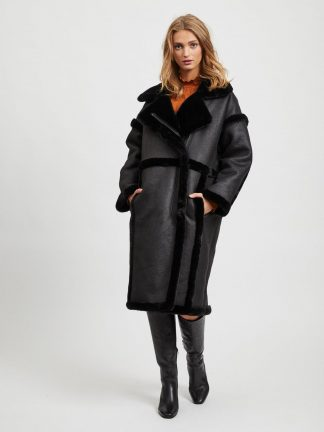 Saueskinnskåpe Vila, sort lang jakke.