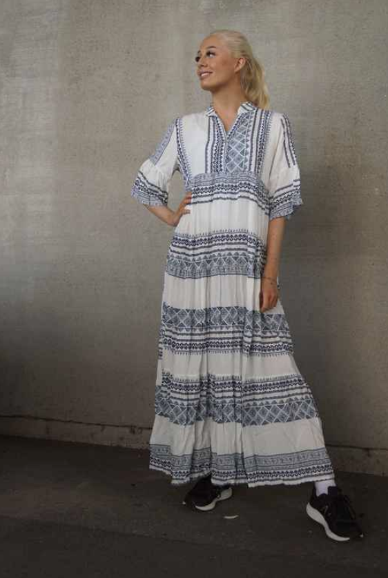 Kjole Pepper hvit blå – Pepper Dorthe kjole blå – Mio Trend